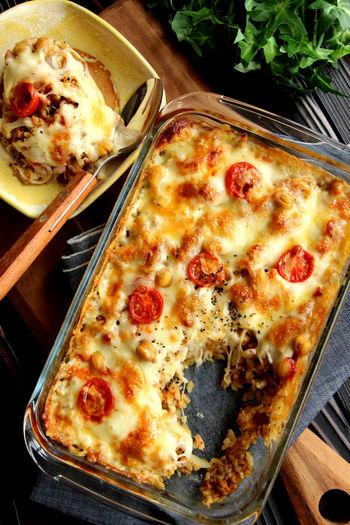 スモークサーモンにアボカド、ミニトマト・・・材料を全て細かくカットしたら、ケチャップと一緒にご飯に混ぜ、あとはオーブンにお任せ。キャセロールごとテーブルに出せば、きっとみんなの目を引くはず♪