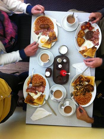 イギリスの伝統的な朝食「イングリッシュ・ブレックファースト」。量・質ともにボリュームのある朝食は、中世のイギリス貴族の習慣に遡ります。産業革命時代からは、労働者階級にも、昼間の重労働に耐えるだけのボリュームある朝食を食べる習慣が確立。現在でも、国民的な朝食として、多くのホテルやB&Bなどで定番のメニューとなっています。