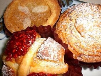 店内にはタルトやシュークリームなどのスイーツなどもあります。筒状のパイにクリームが入った「ホルン」はパイがサクサクでおすすめです。