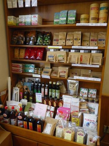 オーガニックの紅茶や調味料、ワインなども売られています。ワインに合うパンも多数あるので、仕事帰りにお酒とパンを買いにくるお客さんも多いそうです。