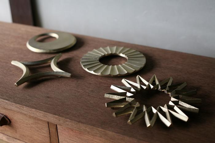 デザイン性と実用を備えた鍋敷きって、なかなか見つかりませんよね。老舗鋳造メーカー「二上」が生み出す、真鍮の生活用品ブランドの鍋敷きはその両方を備えているんです。熱いポットやチャイ小鍋など、テーブルに置くたびに気持ちが上がること間違いなし。