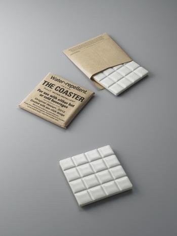 ホワイト板チョコみたいな外見はシンプルなのでどんなグラスにもぴったりです。タイルのくぼみが水滴をしっかりと吸ってくれます。並べたら大きなポットを置ける、簡単な鍋敷きになったり、組み合わせでティータイムでの使い方いろいろ。
