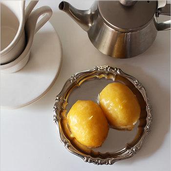 銀食器を磨く執事が小脇に抱えていそうな、縁取りデザインもクラシカルなステンレスのトレイ。ティータイムのケーキ皿にしたら、なんだかおとぎの国のティータイムみたい。深さがあるので、ちょっとしたプレート代わりにもなります。