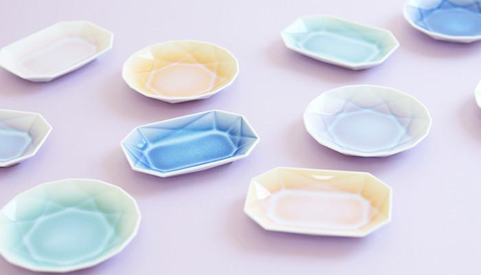 お茶を出し切ったティーバッグや小分けしたお菓子をちょこっと乗せるのに便利な小皿。せっかくなのでオシャレでかわいい小皿がいいですよね。そんな気持ちに100%応えてくれる宝石を象った小皿。とろんとグラデーションして落ち着いた色の釉薬が大人っぽい。手の平サイズの有田焼小皿です。