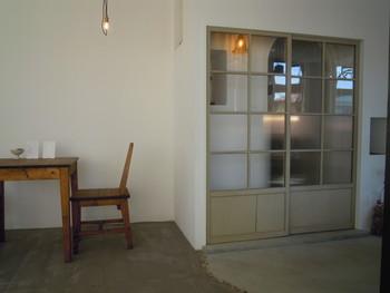 階段を上って引き戸を開けると、白壁のシンプルな空間が広がります。 珈琲豆の販売スペースが手前にあるので、珈琲だけ購入することもできます。