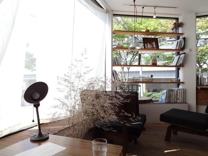 初めて訪れても、不思議とリラックスできてしまう空間は「コーヒーのショールーム」をイメージしたもの。 余計なものを省くように心がけたという店主のこだわりが感じられます。 図書館の緑を眺めながらゆったりとした時間を……。