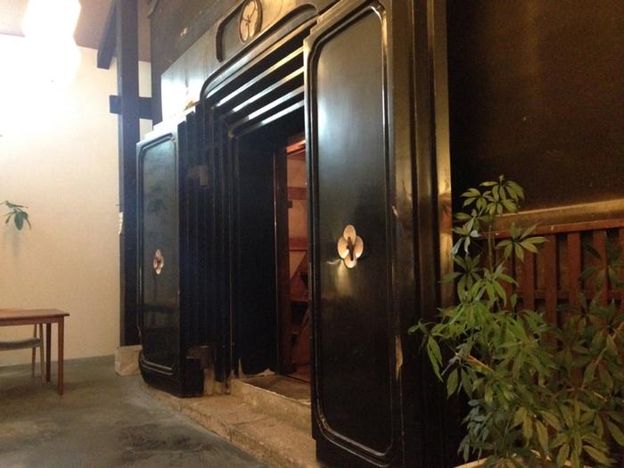 入口すぐのスペースはシンプルでおしゃれな雑貨、こだわりの調味料やキッチン用品を扱うショップになっていて、その先に黒漆喰のうち蔵が扉を開けています。