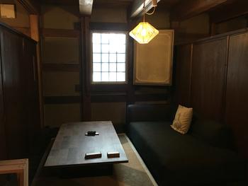 うち蔵の中にあるイートインスペース。 テーブル席以外に大きなソファの席もあって、半個室風になっているのでくつろげます。