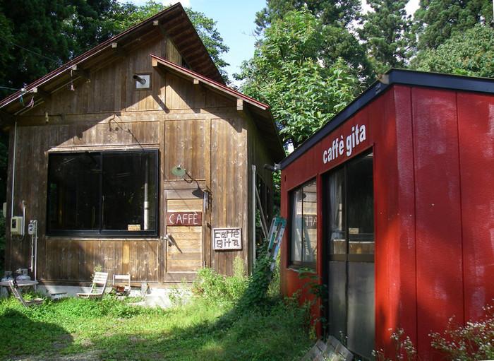 市街地からはずれて細い坂道を上った先に見える山小屋がお店です。 あまりの静かさに、初めて訪れる人はソワソワしてしまうとか。