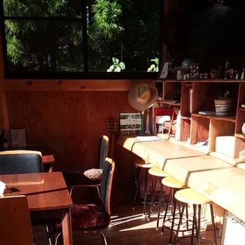 カウンター席とテーブル席があり、大きな窓から景色を楽しむことができます。