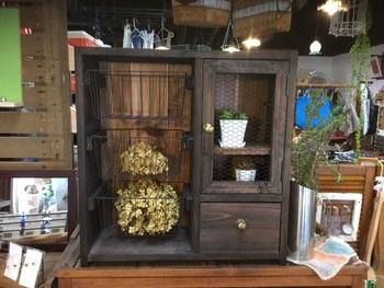 金網扉がアンティークらしい雰囲気たっぷりのワイヤーバスケットシェルフ。雑貨の収納やスパイスラックとして、また根菜類の保管にも良さそうですね。