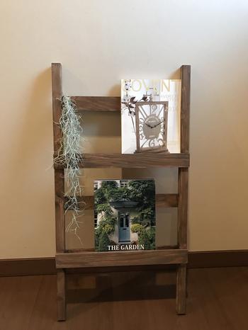 こちらのアンティーク風のラダーは本棚としても利用可能。お気に入りの雑誌をおしゃれに飾ってみませんか?