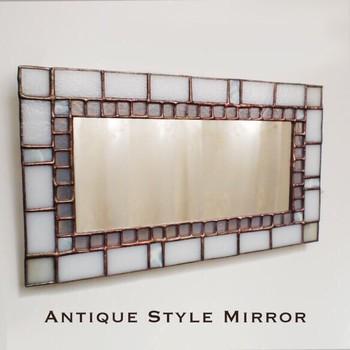 アンティーク加工を施した鏡は、清潔感のある一面ホワイトのステンドグラス。毎日見るものだからこそ、お気に入りのものを選びたいですね。