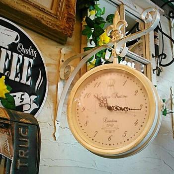 シャビーシックなお部屋には、こんなフレンチアンティークスタイルの壁かけ時計はいかがでしょう?両面時計となっているので、お部屋のどの場所からも時間を確認できる優れものです。これ一つでヨーロッパの古い街並みにいるような気分になれそうですね。