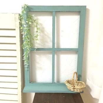 アンティーク加工に人気のバターミルクペイントを使った窓枠オブジェ。玄関やリビングの一角にいかがでしょう?