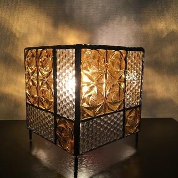 レトロ感満載のテーブルランプ。ドット柄やローズ柄のアンバー(琥珀色)ガラスがアンティーク風インテリアにぴったり。明かりをつけたときの光の反射はもちろん、つけないときも自然光でステンドグラスが楽しめるなんて素敵ですね。