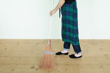 外掃除に便利そうな長柄のほうきです。しっかりとしたまとまった穂先で、お掃除をサポートしてくれます。絵本に出てくるようなデザインが可愛らしいですね。