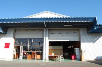 「talo」の実店舗の一つは神奈川県伊勢原市にあります。こちらは大きな倉庫兼店舗で、クリーニングを待つヴィンテージ家具などと共に、雑貨を見ることができます。