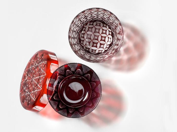 明治32年に創業した老舗ガラスメーカー、「廣田硝子」。熟練の職人の手仕事によって生み出される江戸切子は、ガラスの透明感や繊細さをより鮮明に映し出します。蓋がセットになったユニークなデザインの蓋ちょこは、華やかでハレの日やお祝いの席にもぴったり。アイデア次第で様々にコーディネートできるので、次に使うのがまた楽しみになりそうです。