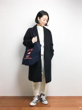 ダークカラーのスタイリッシュなコートに、インナーを真っ白にして、シンプルながらもモードな雰囲気に。スニーカーやトートバッグで、ほんのりボーイッシュなのも◎です。