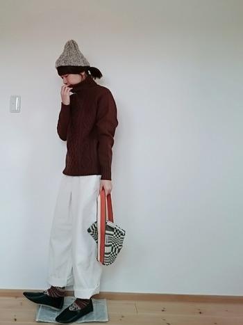 冬カラーでまとめてしまいがちなコーデに、白のパンツをプラスして。色の重さと軽さのバランスが、絶妙な着こなしです。