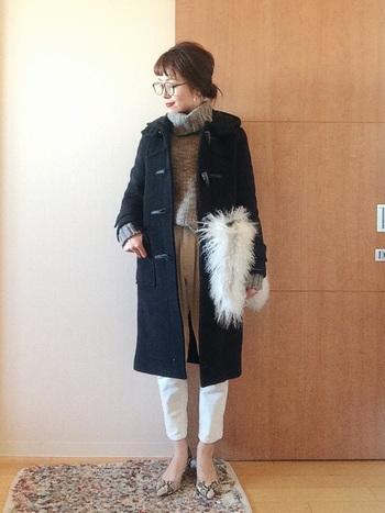 冬仕様のコートに、ライトグレーのニットと白のパンツを合わせて軽さを。足の甲を見せて、軽さを出しつつも、ファーバッグで暖かい雰囲気もプラスして。