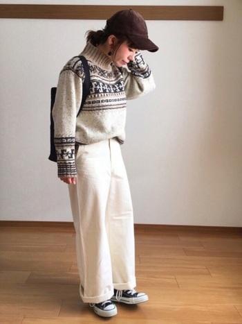 ほっこりノルディックな柄のセーターに、白のパンツを合わせて。ブラウンのキャップで、温かみをプラスすれば、寒そうな印象になりませんね。