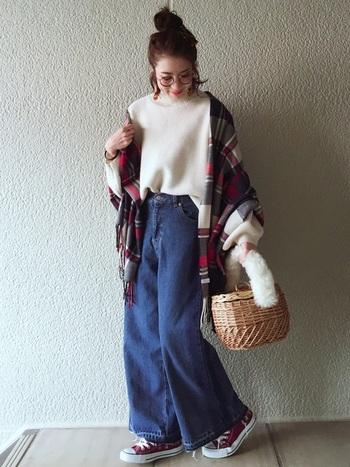 白のニットに70年代風シルエットのジーンズをプラスして。かごバッグとスニーカーが、ジェーン・バーキンのよう。これだけでは寒そうなので、スニーカーとカラーコーデした、ストールを羽織るのが◎です。