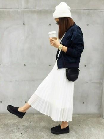 毎年気になる、ガーリーなふんわり白スカートには、ボーイッシュなアウターを合わせるのが◎です。インナーとニット帽を白、その他を黒にして、モノトーンにまとめれば、甘くなり過ぎません。