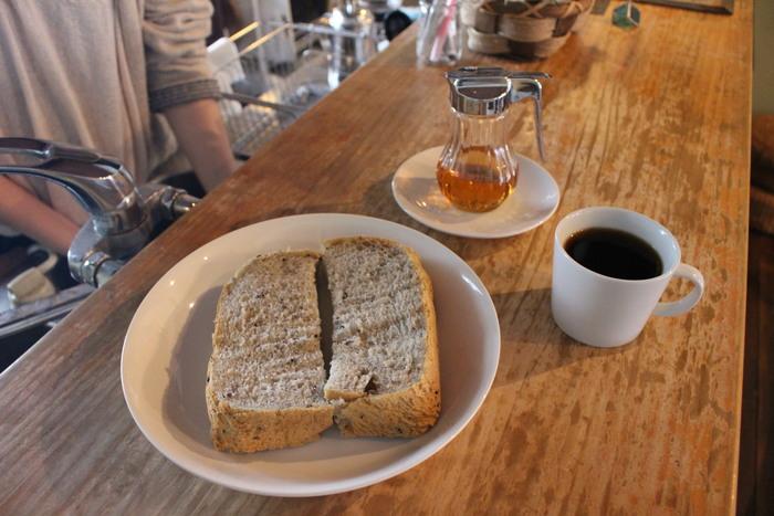 朝は自家製のパンをいただけます。おいしいパンとオーナーが自家焙煎しているスペシャルなコーヒーで良い朝が迎えられそう。