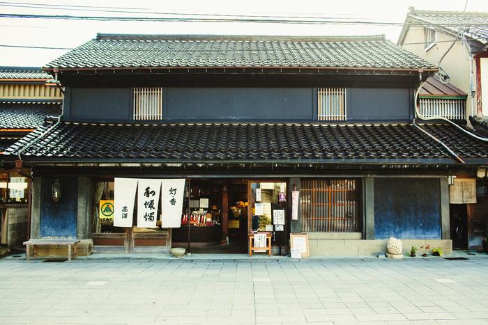 七尾駅から徒歩5分の「一本杉通り」にある高澤ろうそく。室町時代はメインストリートだったこの通りには、数々の登録有形文化財が残されています。情緒ある土蔵造りのこの店舗もそのうちのひとつ