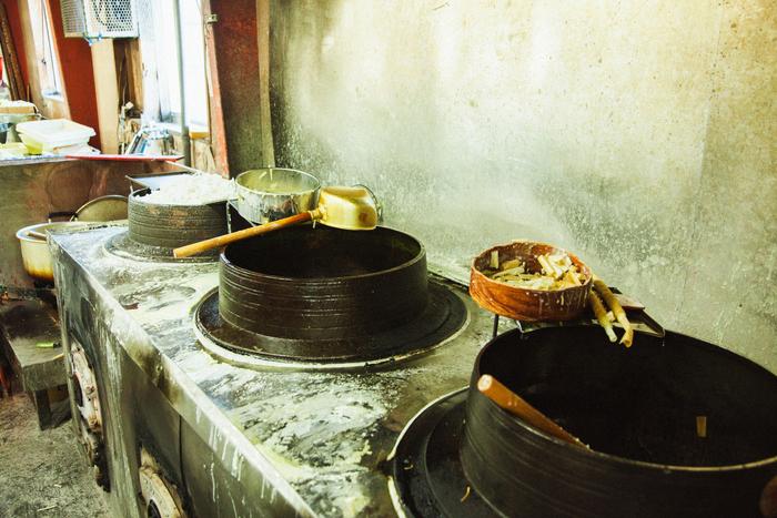 蝋を溶かす釜は、その日に作る量に応じてそれぞれ使い分け。朝の6時から薪を炊き、約140度まで蝋を熱します