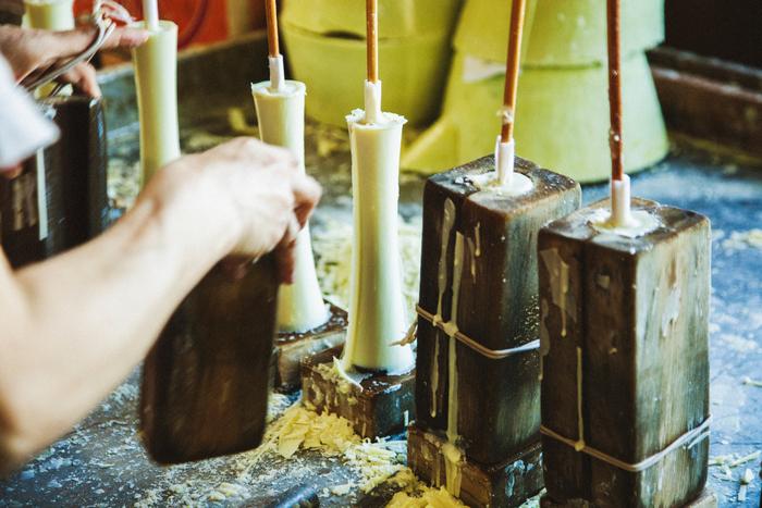木型に流し込んで固め、和ろうそくの形を作っていきます。高澤さんは「型から出てくる和ろうそくは本当にほかほかで、生まれたてみたいなんですよ」と、うれしそうに話してくれました