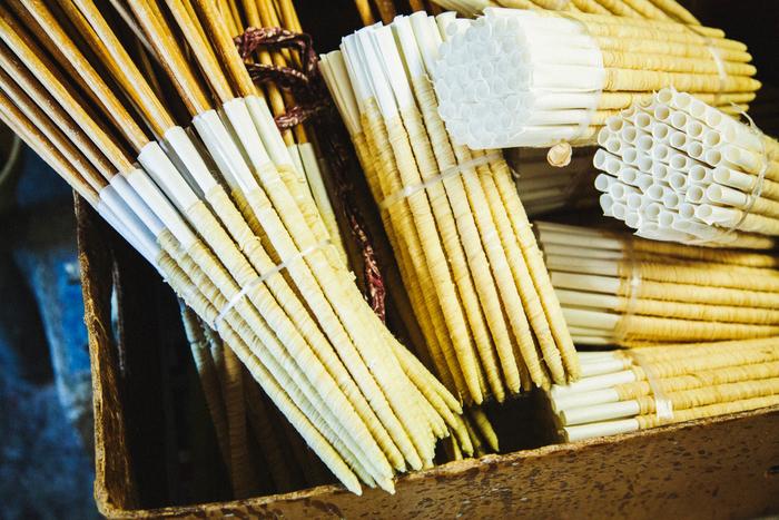 芯は、畳に使用するイグサの仲間「灯芯草(とうしんそう)」と和紙で作られています。和ろうそく作りを一通り学んでいる高澤さんでも、芯を巻くのはとても難しく、特に先端を作る工程は熟練の技術が必要だといいます