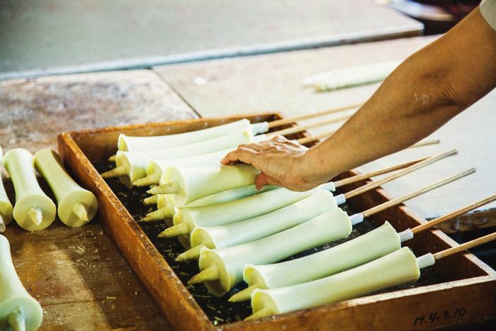 蝋は固まると縮んでしまうので、中の空洞が潰れないよう写真のように竹串を刺しておきます