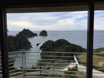 ニュー銀水の客室はガラス越しに堂ヶ島が一面に広がります。温泉からの眺めも絶景です。