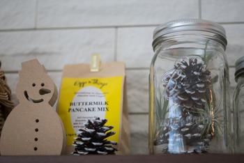 フラワーベースや空き瓶に松ぼっくりを入れるだけでも素敵な飾りに。雪化粧を施してあげると、クリスマスの演出にも大活躍ですね。