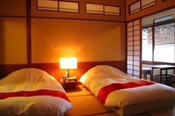 和モダンのインテリアやあたたかな間接照明がとても心地よい客室です。