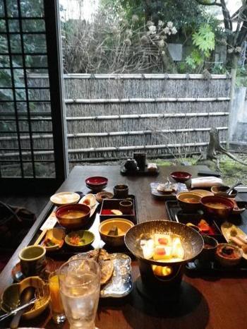 夕食は、修善寺菊屋ならではの月替りの会席料理です。朝食は洋食か和食で選べます。写真は朝食の風景。お庭を眺めながら、清清しい気持ちで頂けそうです。