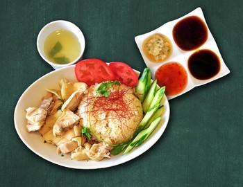 本格的な東南アジア料理が大阪で食べられます!こちらは海南鶏飯(ハイナンチキンライス)。ここに来たらやっぱりアジアンフードは押さえておきたいですね。