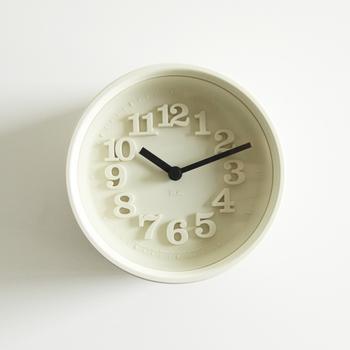 戦後日本を代表するプロダクトデザイナー、渡辺力さんが1970年に発表した「小さい壁時計」をオリジナルとした復刻版。立体的に浮き上がる文字盤が、余計な装飾性はないのに、とても印象的。目に優しく馴染むフォントが、自然と気分を和らげてくれます。フレームの色が豊富なバリエーションで展開されているのも楽しい。潔いほどシンプルな白は、どんな生活シーンにもすっと馴染んでくれます。