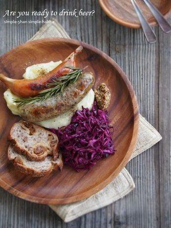 紫キャベツを使った色鮮やかなザワークラウトは、ロゼにぴったり!バゲットにのせたり、肉料理に添えたり、箸休めにあるとうれしいレシピです。