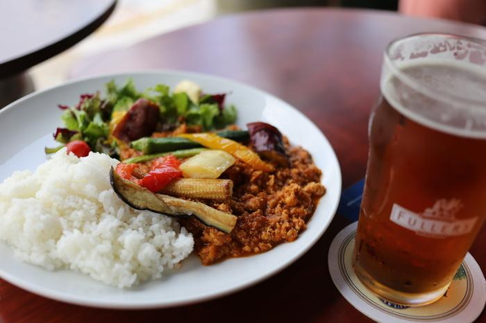 キーマカレーは、ひき肉と野菜で作るインド料理。カフェやビストロでも大人気のメニューです。  挽き肉のコクと旨味。たっぷり刻んだ野菜。そしてスパイシーな香り。具材と香りが渾然一体となった美味しさは、「キーマカレー」ならではの味わいです。
