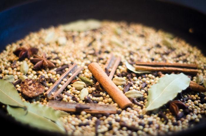 """「ガラムマサラ」は、インドの家庭料理では欠かせないミックススパイスです。  インドでは""""おふくろの味""""的な香辛料で、各家庭で配合が異なります。調合されているスパイスの基本は、シナモン・クローブ・ナツメグの3種。その他にカルダモンやクミンなどが調合されています。  カレー作りの最後の仕上げで一振り入れると、奥行きのあるスパイシーな香りが立ちます。「ガラムマサラ」は、カレー以外に多用できるスパイスですので、ぜひ用意しましょう。"""