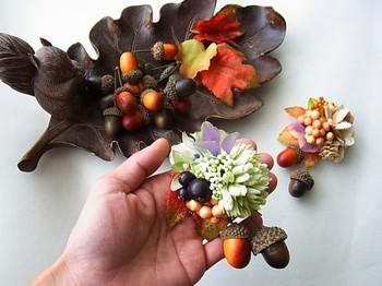 秋冬のパーティーや結婚式の胸元のオシャレに、どんぐりをあしらったコサージュも素敵!コロンとしたカタチがユラユラ揺れる姿がとっても可愛らしいんです。
