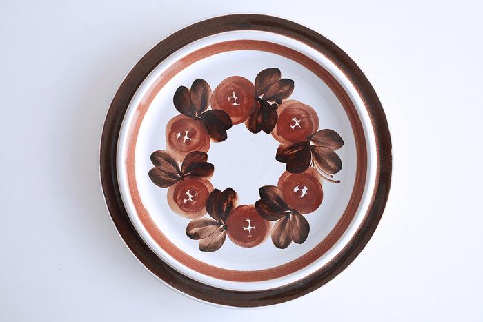 ヴィンテージでありながら、ペイントの筆のタッチが生き生きとみずみずしく感じられる「ARABIA」社の大皿プレート。絵を飾るように、棚にディスプレイしても素敵です。