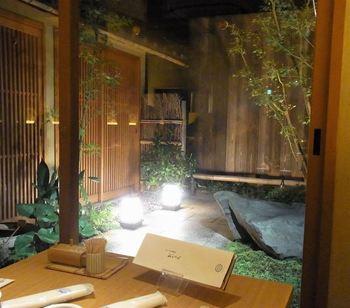 """中庭の眺めも見事な「岡北」の店内。「岡北」は、伝統的な""""京うどん""""を供する店。"""