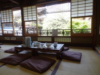 明治末頃に祇園で創業し、昭和20年代に祇園から西陣へ移転しました。店は、京町家を改装したもので、座敷の雰囲気も、景色も、しっとりした風情です。