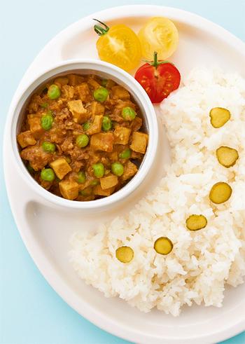 高野豆腐を加えれば、ボリュームアップ&カロリーダウンのヘルシーなキーマカレーの出来上がり! 高野豆腐はうまみをたっぷり吸ってくれるのでひき肉に負けない満足感も◎