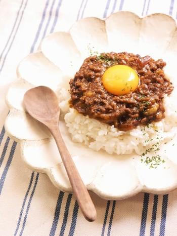 レトルトカレーをベースに使ったレシピです。ひき肉、セロリ、バナナを加えて炒めれば、あっという間にキーマカレー風に。卵黄をトッピングすれば、まろやかな味わいも楽しめます♪